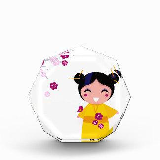 Kleine gelbe Geisha auf Weiß Auszeichnung