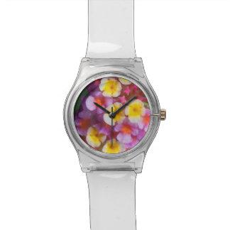 Kleine gelbe rosa und lila tropische Blumen Uhr