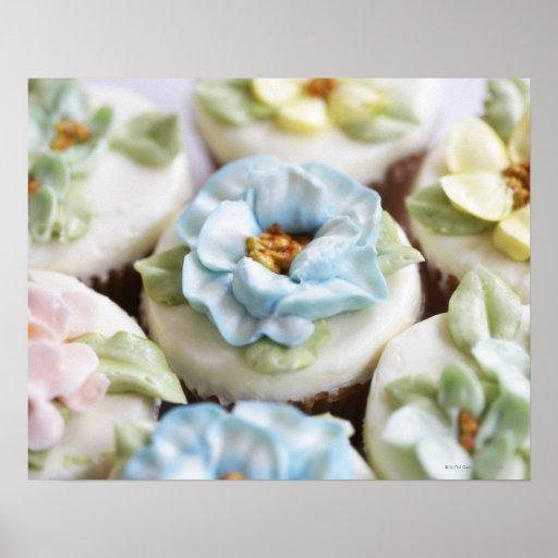 kleine Kuchen mit Blumenzuckerglasur Plakatdrucke