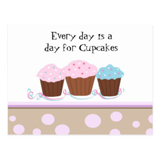 Kleine Kuchen mit einer niedlichen Postkarte