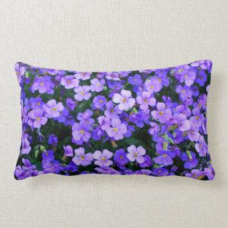 Kleine lila Blumen Kissen