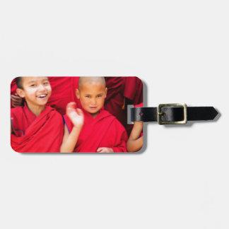 Kleine Mönche in den roten Roben Kofferanhänger