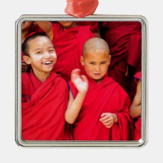Kleine Mönche in den roten Roben Quadratisches Silberfarbenes Ornament
