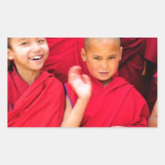 Kleine Mönche in den roten Roben Rechteckiger Aufkleber