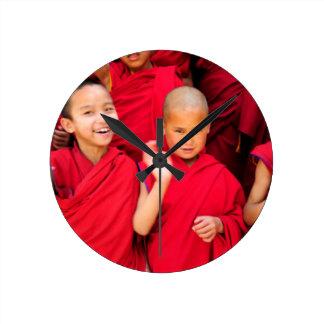 Kleine Mönche in den roten Roben Runde Wanduhr