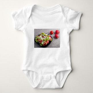 Kleine Platte des natürlichen Salats des rohen Baby Strampler