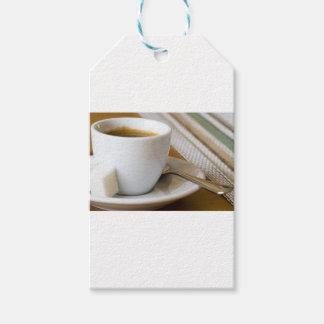Kleine Schale Espresso auf einem Saucer mit Zucker Geschenkanhänger
