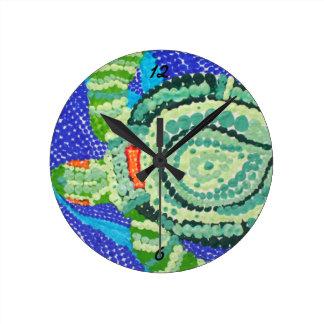 Kleine Schildkröte mit Uhr vieler Stellen