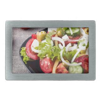 Kleine Schüssel Salat gemacht vom natürlichen Rechteckige Gürtelschnallen