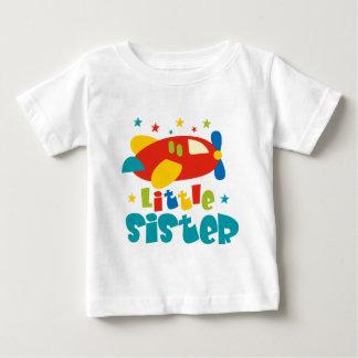 Kleine Schwester-Flugzeug Baby T-shirt