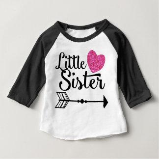 Kleine Schwester-Rosa-Herz-PfeilRaglan Baby T-shirt