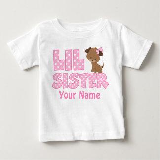 Kleine Schwester-Rosa-Welpen-personalisiertes Baby T-shirt