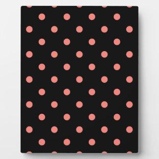 Kleine Tupfen - korallenrotes Rosa auf Schwarzem Fotoplatte