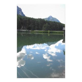 Kleiner Gebirgssee mit Reflexionen der Wolken Briefpapier