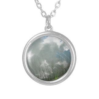 Kleiner Gebirgssee mit Reflexionen der Wolken Versilberte Kette