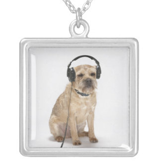 Kleiner Hundetragende Kopfhörer Versilberte Kette