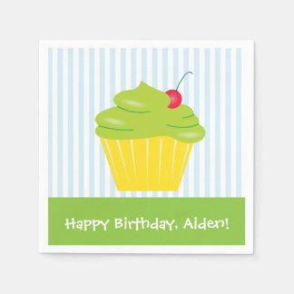 Kleiner Kuchen auf dem Geburtstag des blaue Papierserviette