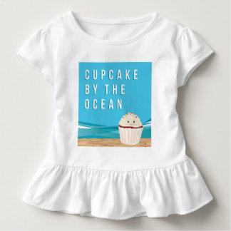 Kleiner Kuchen durch die Ozean-Ernte-Spitze Kleinkind T-shirt