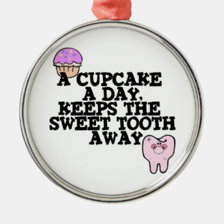 Kleiner Kuchen ein Tagessüßer Zahn weg Silbernes Ornament