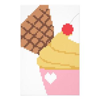 kleiner Kuchen mit einer Kirsche auf die Oberseite Briefpapier