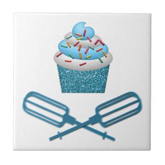 Kleiner Kuchen u. gekreuzte Schläger im Blau Fliese