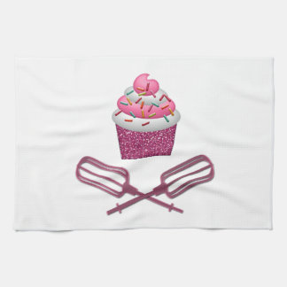 Kleiner Kuchen u. gekreuzte Schläger im Rosa Geschirrtuch