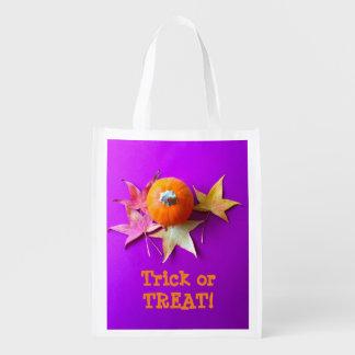 Kleiner Kürbis mit Herbstlaub auf Lila Wiederverwendbare Einkaufstasche