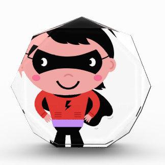 Kleiner niedlicher Superherojunge mit Blase Auszeichnung