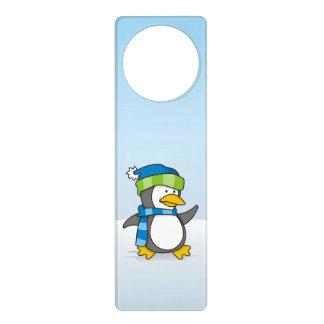 Kleiner Pinguin, der auf Schnee geht Türanhänger