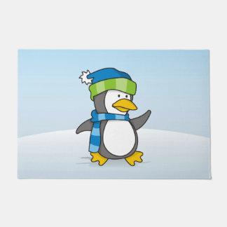 Kleiner Pinguin, der auf Schnee geht Türmatte