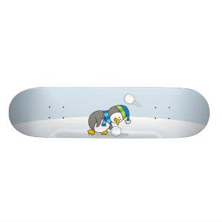 Kleiner Pinguin, der einen Schneeball erhält 20,1 Cm Skateboard Deck