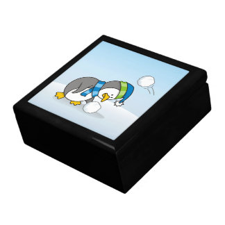 Kleiner Pinguin, der einen Schneeball erhält Geschenkbox