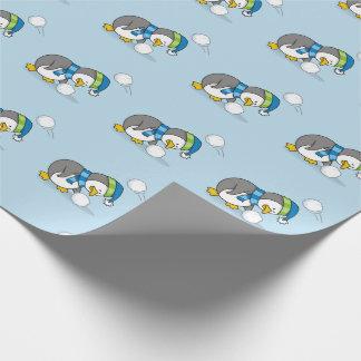 Kleiner Pinguin, der einen Schneeball erhält Geschenkpapier