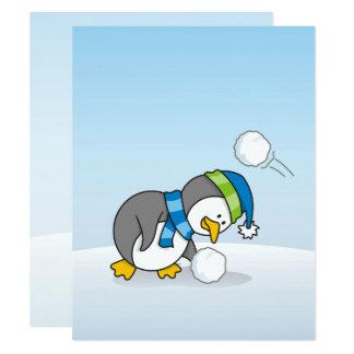Kleiner Pinguin, der einen Schneeball erhält Karte