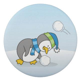 Kleiner Pinguin, der einen Schneeball erhält Radiergummi
