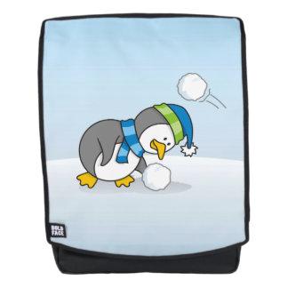 Kleiner Pinguin, der einen Schneeball erhält Rucksack