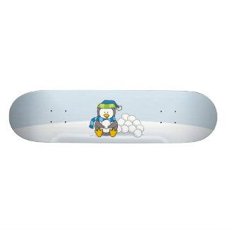 Kleiner Pinguin, der mit Schneebällen sitzt 18,7 Cm Mini Skateboard Deck