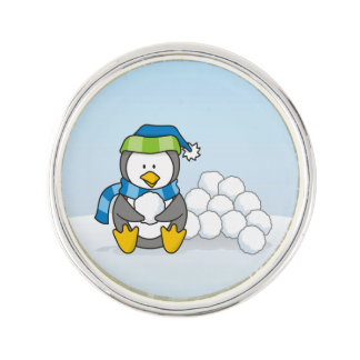 Kleiner Pinguin, der mit Schneebällen sitzt Anstecknadel