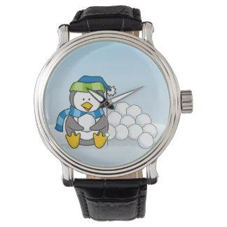 Kleiner Pinguin, der mit Schneebällen sitzt Armbanduhr