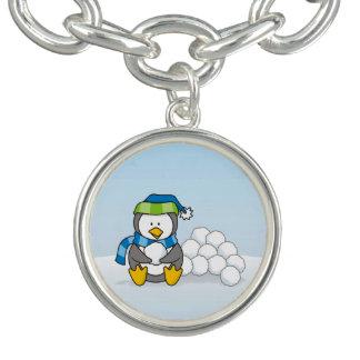 Kleiner Pinguin, der mit Schneebällen sitzt Charm Armband