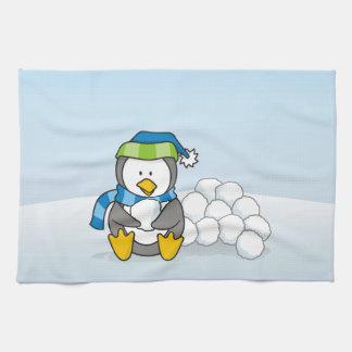Kleiner Pinguin, der mit Schneebällen sitzt Geschirrtuch