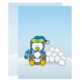 Kleiner Pinguin, der mit Schneebällen sitzt Karte