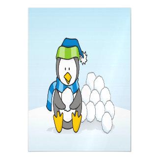 Kleiner Pinguin, der mit Schneebällen sitzt Magnetische Karte