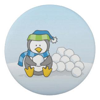 Kleiner Pinguin, der mit Schneebällen sitzt Radiergummi