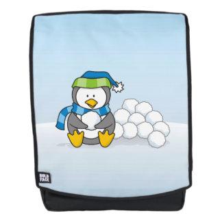 Kleiner Pinguin, der mit Schneebällen sitzt Rucksack