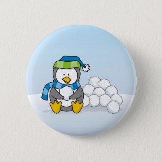 Kleiner Pinguin, der mit Schneebällen sitzt Runder Button 5,7 Cm