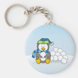 Kleiner Pinguin, der mit Schneebällen sitzt Schlüsselanhänger