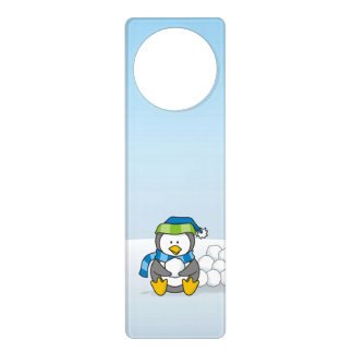 Kleiner Pinguin, der mit Schneebällen sitzt Türanhänger