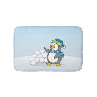 Kleiner Pinguin mit dem Schneeballwellenartig Badematte