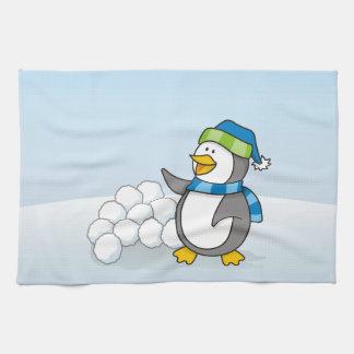 Kleiner Pinguin mit dem Schneeballwellenartig Handtuch